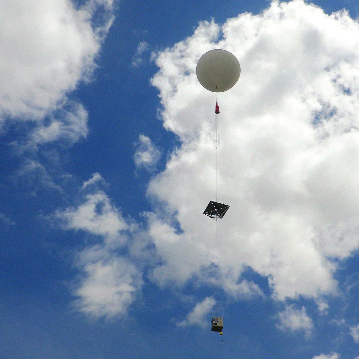 Photo d'un ballon sonde.Ballon gonflé à l'hélium entraînant avec lui une nacelle